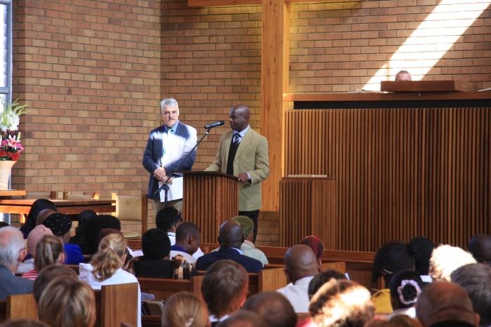 Godfrey Maomaela en Harry Pouwels gaan voor in gebed